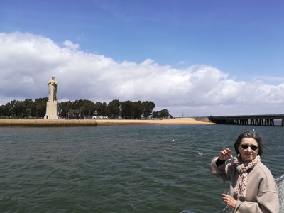 Fiona Donovan visitando el Monumento
